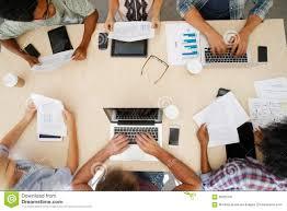 Transformación digital de la industria editorial: personal de la compañía adaptado a la era digital y móvil.