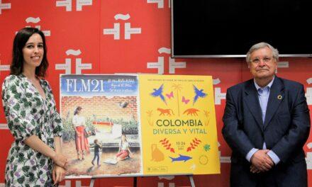 Andrea Reyes firma el cartel de la 80 Feria del Libro de Madrid