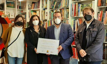 La comisión de Literatura infantil y juvenil de la AEM entrega el Premio del Concurso de Escaparates PORQUE #YOLEO a la Librería Juan Rulfo